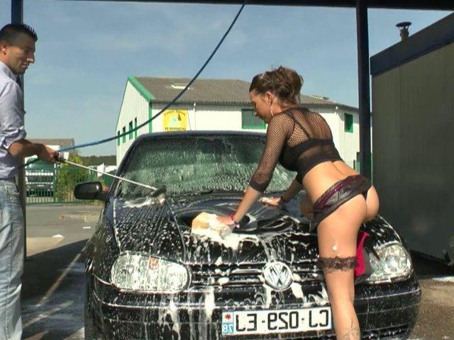 Femme sexy dans une station de lavage
