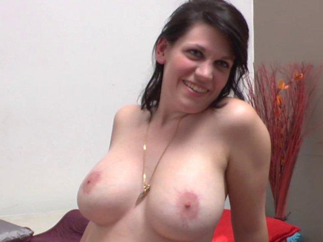 Une chômeuse à gros seins très coquine