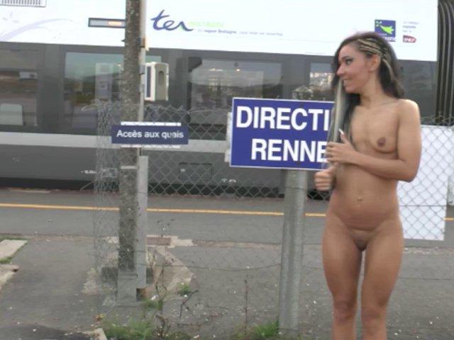 Femme s'offre une exhibition de folie à la gare