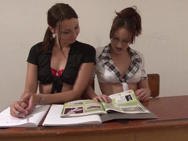 Deux jeunes étudiantes coquines en classe