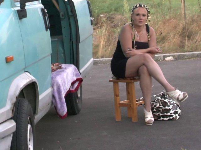 Une femme baise sur un coin de trottoir