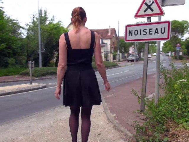 Une femme mature baisée en public