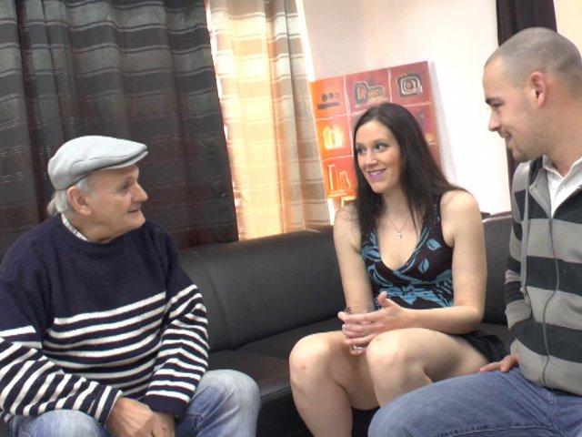 Un trio sexe entre une jeunette et des vieux