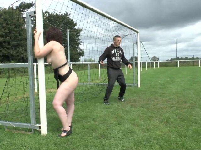 Une femme baisée sur un terrain de foot