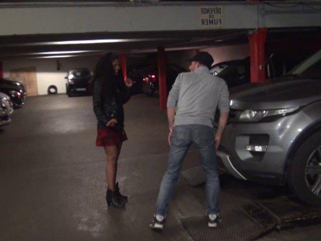Une jeune salope dans un parking