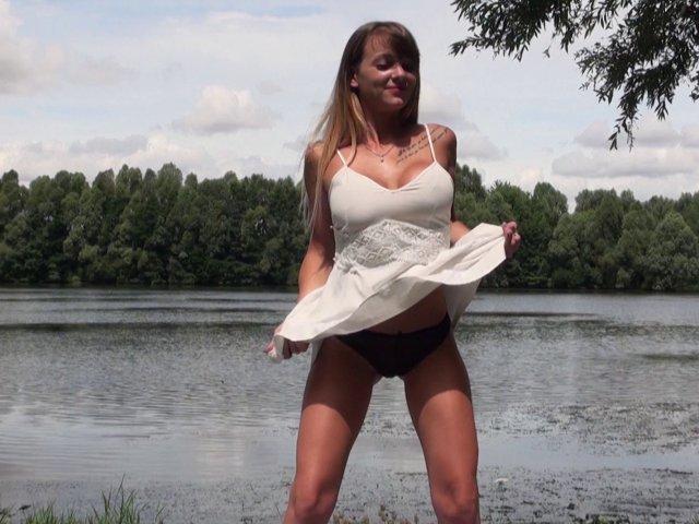 Blondasse aux gros seins baisée au bord de la rivière